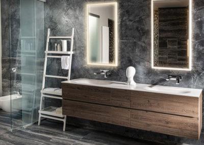 HOLTER_dunkles Badezimmer mit Doppelwaschbecken