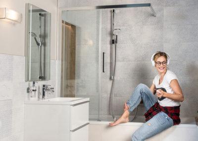 HOLTER_junge Frau hoert Musik in modernem Badezimmer