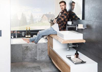 HOLTER_junger Mann in modernem Badezimmer