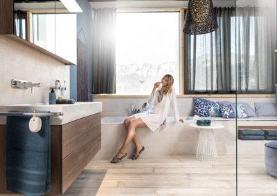 HOLTER_modernes Badezimmer mit junger Frau beim Entspannen